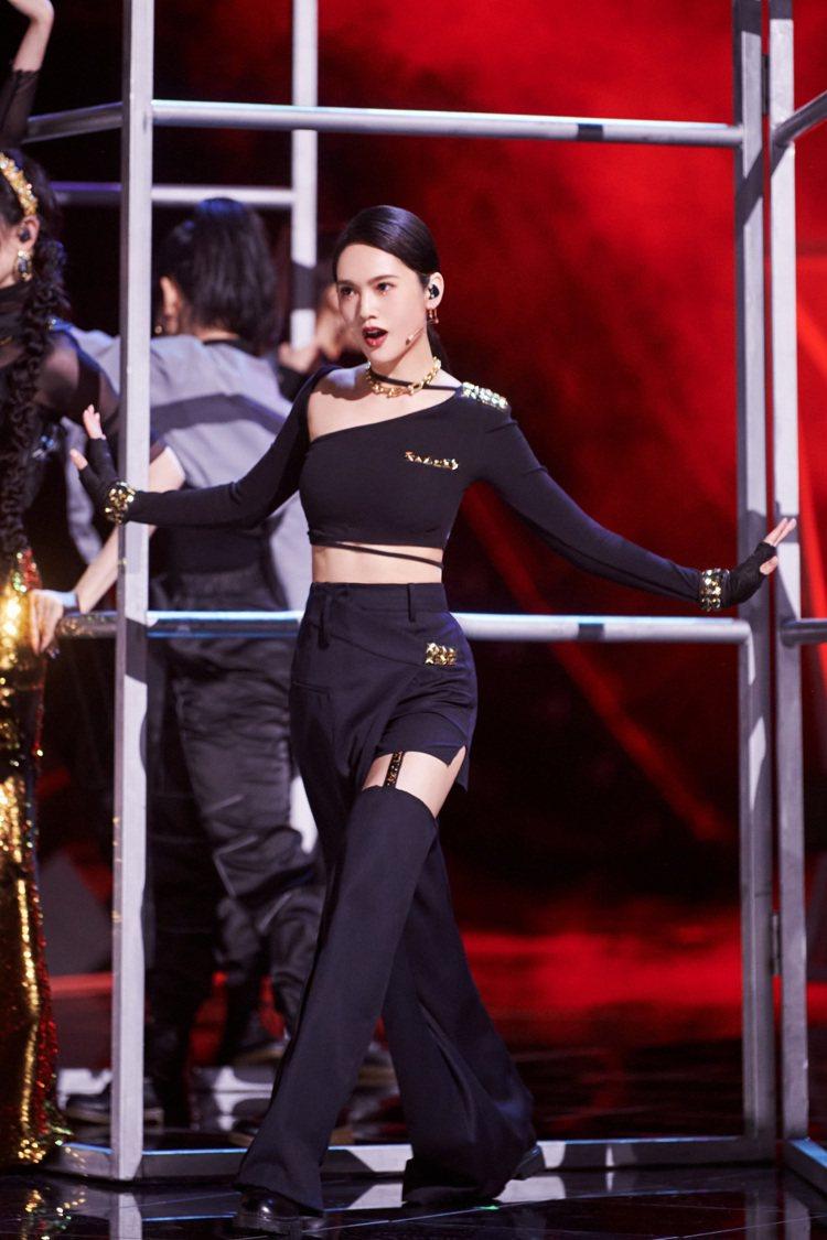 楊丞琳公演唱跳又爬鐵架,宛如跑酷動作。圖/樹與天空提供