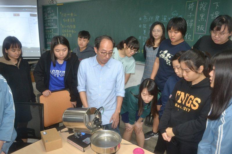 台南女中今年開出12個教師缺,吸引兩千多人報名,形成搶破頭情形。記者鄭惠仁/攝影