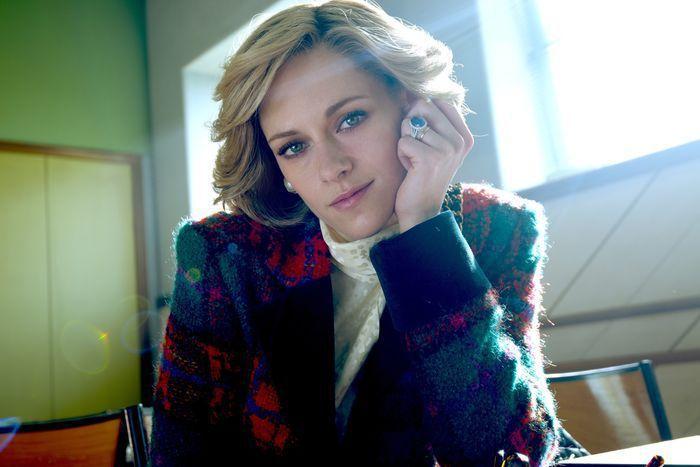 克莉絲汀史都華在新電影演黛妃,造型與本尊也頗為神似。圖/摘自imdb