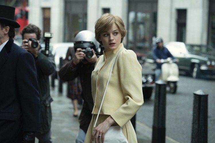 在Netflix影集「王冠」中飾演英國黛安娜王妃而暴紅的新秀女星艾瑪柯林,由於一則自稱為「酷兒新娘」的圖文引起「出櫃」揣測,近日「王冠」第5季開拍,黛安娜一角已經改由「天能」190公分美人伊莉莎白戴...