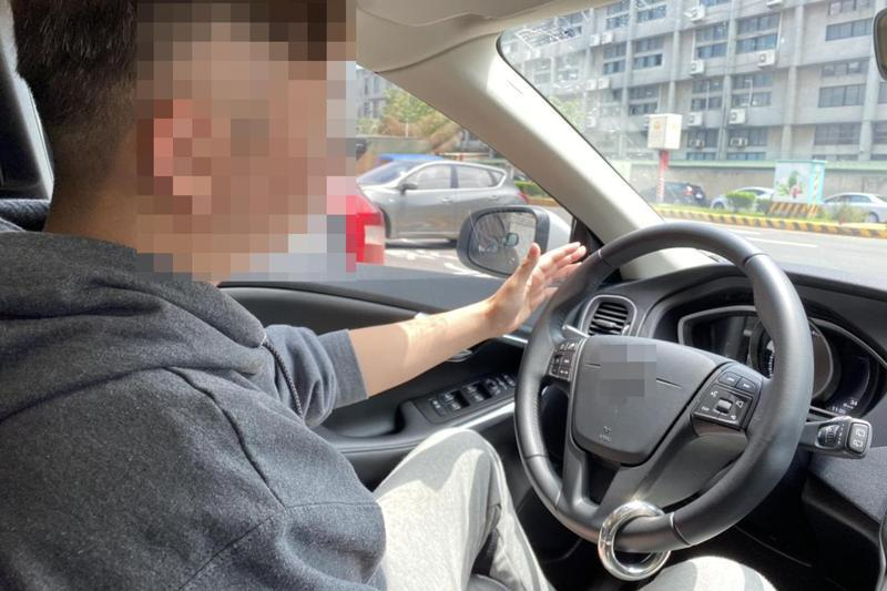 有業者針對半自動駕駛系統設計出「方向盤配重環」,藉由配重環的重量取代雙手,讓電腦誤以為駕駛手握方向盤,阻絕警報聲與震動。圖為示意。 記者王駿杰/攝影