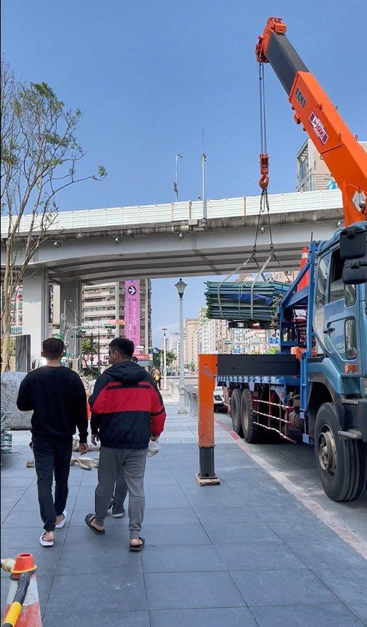 位於台北市八德路、新生北路一段的一處施工工程,沒有做安全防護,在吊掛鋼筋水泥時,下方竟有很多民眾經過。圖/市議員耿葳提供