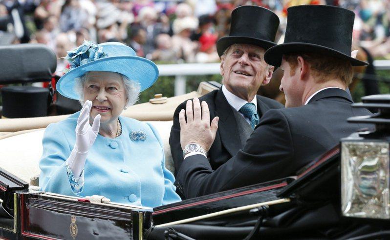 伊麗莎白二世女王(左起)、菲立普親王曾與孫子哈利一團和氣。圖/路透資料照片