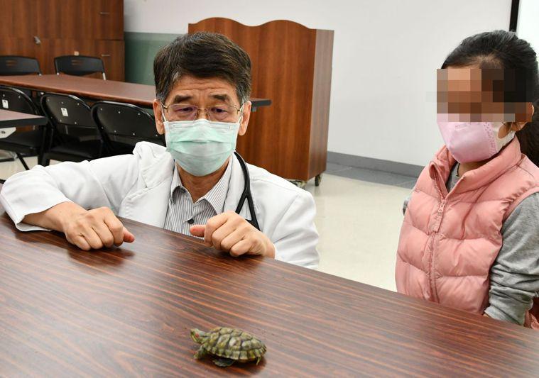 小兒科醫師陳敏恭(左)說,烏龜糞便帶有沙門氏菌,兒童與寵物接觸後,應徹底洗手,以...
