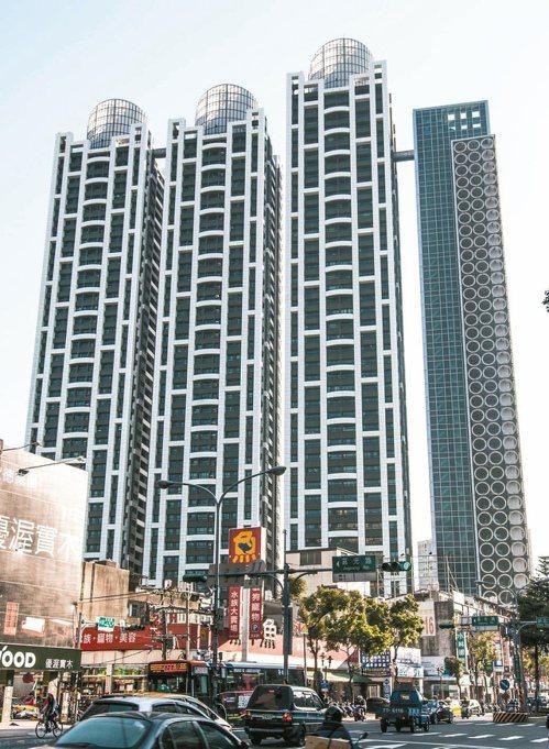 新埔捷運共構站的「新巨蛋」,近一年實價登錄平均房價維持在每坪7字頭行情。本報資料...