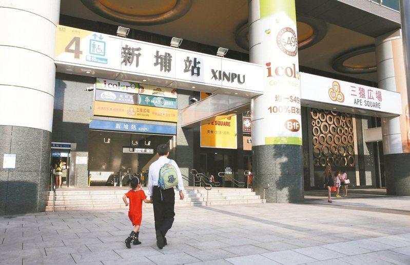 新埔站屬於捷運板南線上的站點,生活機能成熟、交通動線發達,在捷運環狀線通車後更成為雙捷運站點。本報資料照片