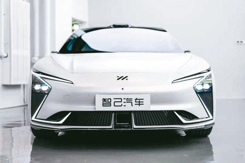 由上汽集團、浦東新區和阿里巴巴集團三方聯合打造的智己汽車,是一款智慧純電汽車。(新華社)
