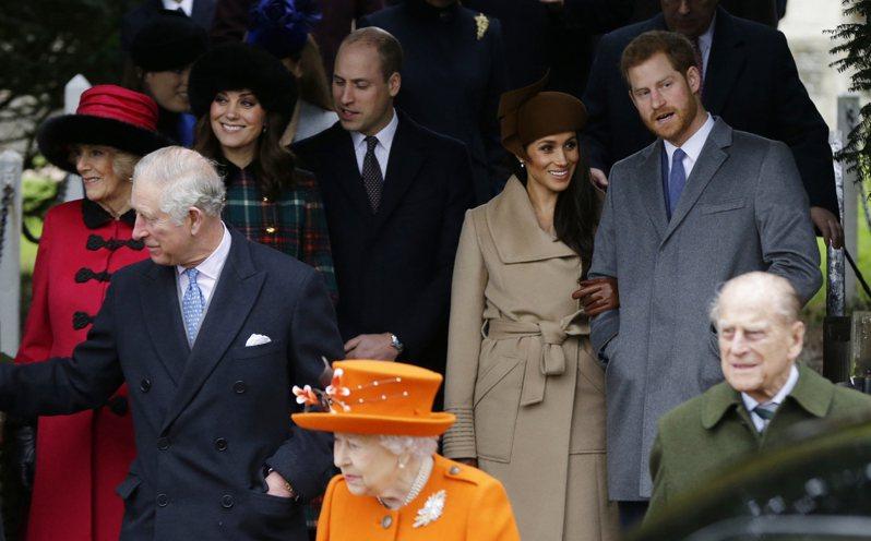 菲立普親王與女王(右前)與第二代查理和妻子卡蜜拉(左),以及第三代的哈利與梅根(右後)、威廉與凱特夫妻(左後)出席2017年耶誕的教堂活動。美聯社