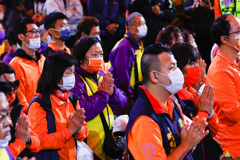台灣疫情趨緩,許多民眾參與大甲媽祖遶境時,仍會戴上口罩因應。記者黃仲裕/攝影