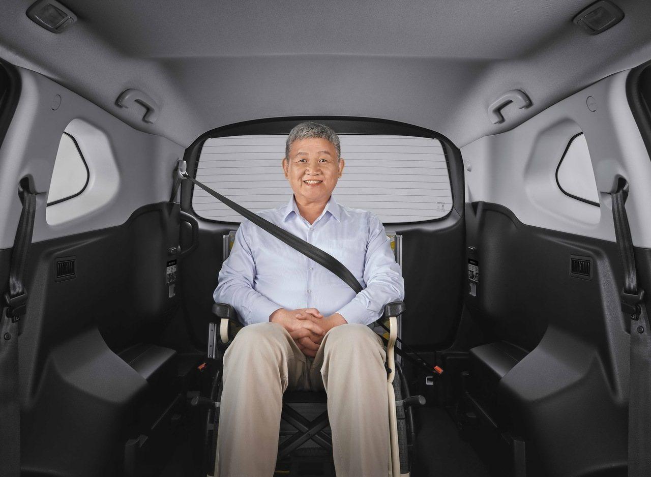 輪椅快扣裝置三點固定功能,可以讓長者直接坐在輪椅上車。圖/LUXGEN提供