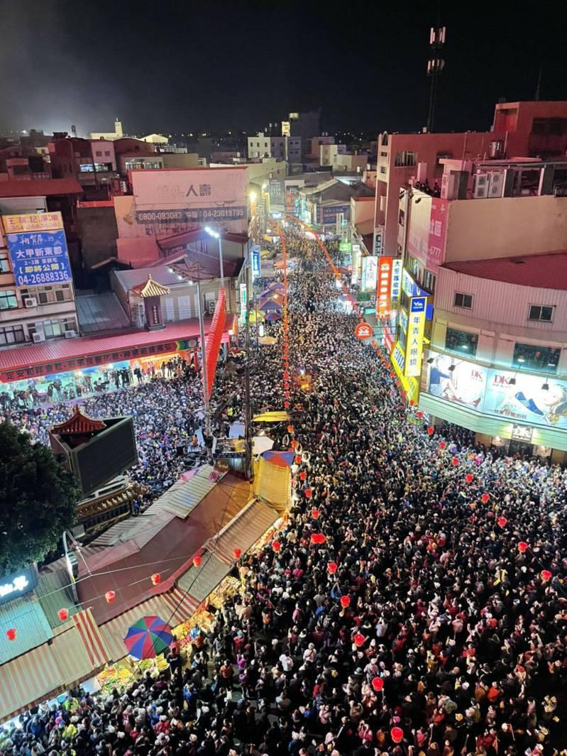 大甲媽遶境今晚起駕,人潮擠滿街道。圖/民眾提供