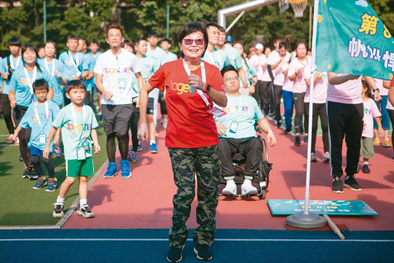 李佳蓉從事保險業30餘年,交遊廣闊。她說,保險業給了她全新世界。圖/李佳蓉提供