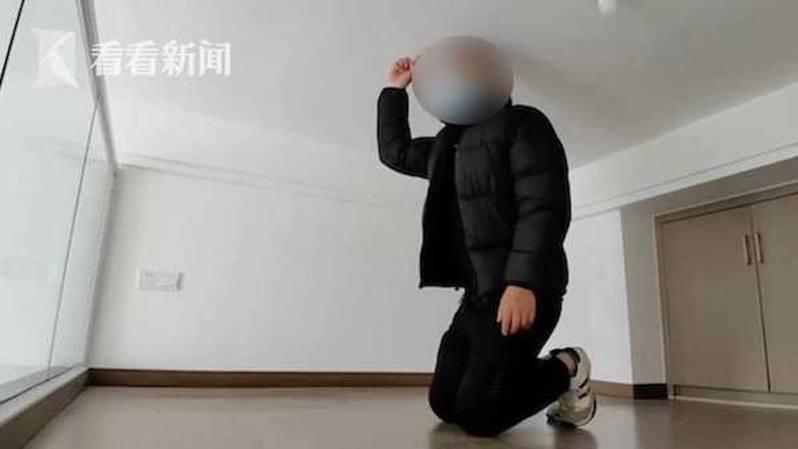 高先生身高178公分,即使跪下亦未能挺直腰板。 圖/看看新聞