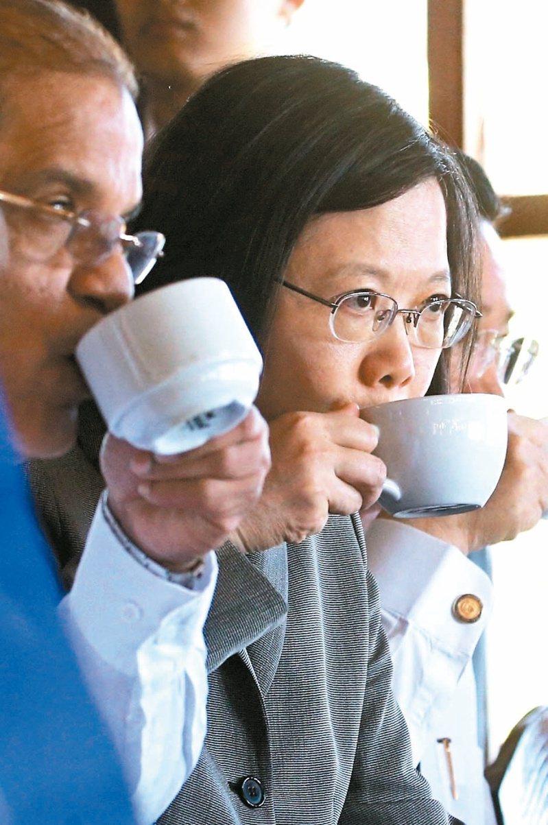 圖為2017年,總統蔡英文(中)出訪中美洲友邦薩爾瓦多,與薩國副總統歐帝茲(左)一起品嘗薩國咖啡情形。中央社資料照