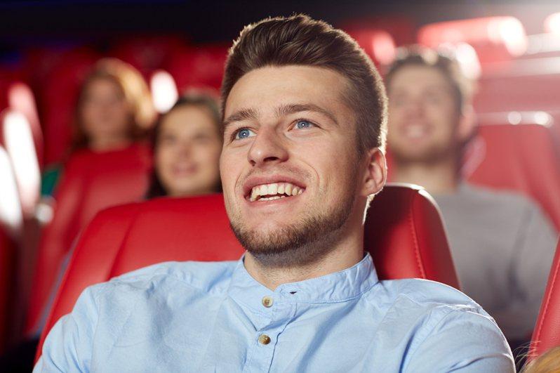 英國一位男子觀影時被戲院的電動椅慘夾15分鐘,不治身亡。示意圖,非當事人。圖片來源/ingimage