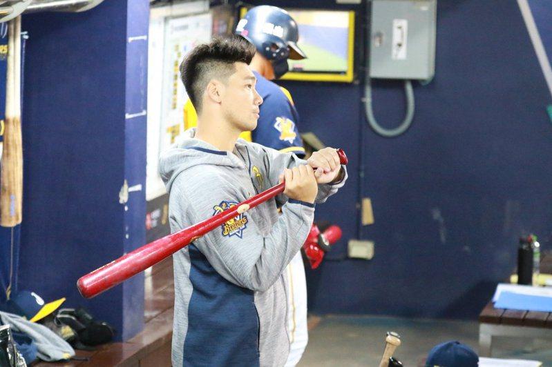 兄弟延長賽時取消DH,李振昌拿起球棒在場邊躍躍欲試引起關注。 截圖自兄弟官方粉絲團