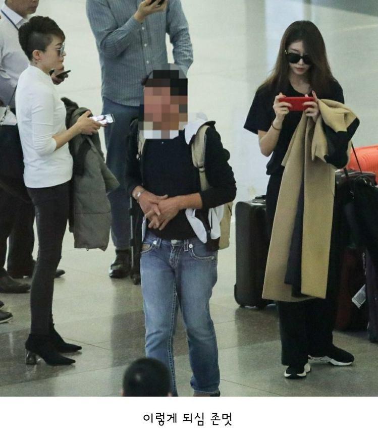 芝妍和媽媽(白衣者)曾被拍到在機場同框。圖/擷自臉書