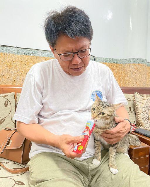 屏東縣長潘孟安近日在臉書貼出愛貓麒麟的照片,現場餵食肉泥,還活用進擊的巨人梗,號召大家一起曬貓。圖擷自潘孟安臉書
