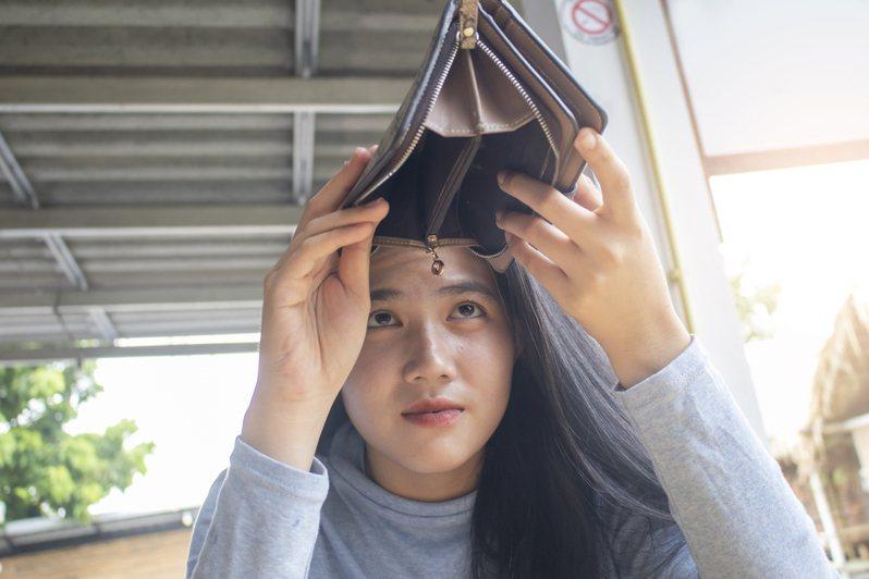 一名月薪25k的小資女在Dcard發文表示,目前快24歲了但存款不到5萬,扣除每月的房租跟生活開支,一個月存到5千就算不錯。示意圖非當事人。圖/ingimage
