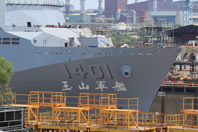 海軍新型兩棲船塢運輸艦月前舉行豎桅典禮,海軍命名為「玉山艦」,本月將舉行下水儀式。圖/台船讀者提供