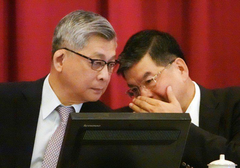 圖為國泰金股東會,董事長蔡宏圖(左)與總經理李長庚(右)在會議中交換意見。記者杜建重攝影/報系資料照