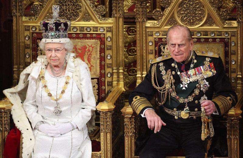 圖為2012年女王與夫婿菲立普親王合影。 路透