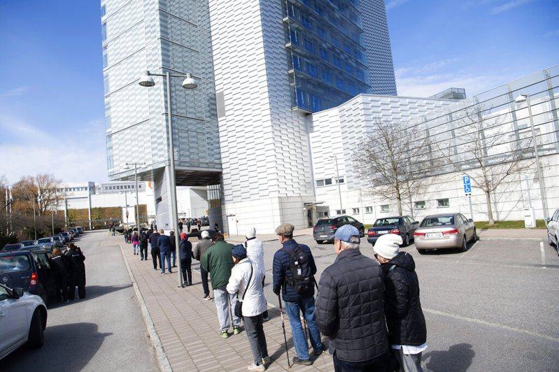 圖為瑞典民眾前往斯德哥爾摩國際博覽中心施打新冠疫苗情形。美聯社