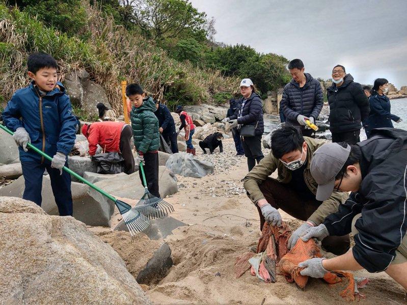 馬祖國家風景區管理處今年3月起每隔1至2週就辦理淨灘活動,鼓勵民眾利用週末時間協助淨灘、親海,提倡海洋環境議題,並呼籲守護環境重要性,10日上午在南竿科蹄澳海灘,共有70人合力恢復美麗海岸風貌。(馬祖國家風景區管理處提供) 中央社