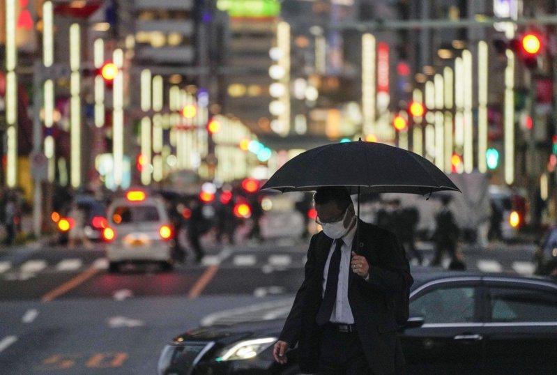日本大阪府、東京都及沖繩縣目前疫情快速升溫,官方與專家都認為變種病毒株擴散是主因之一,但也有看法認為,日本政府太早解除「緊急事態宣言」,才會造成「第4波」疫情。 歐新社