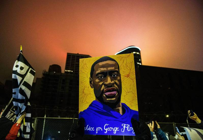 美國法醫今天在前白人員警蕭文出庭受審時表示,雖然非裔男子佛洛伊德(George Floyd)患有心臟病與吸食毒品,但這並非造成他死亡的「直接原因」。 法新社
