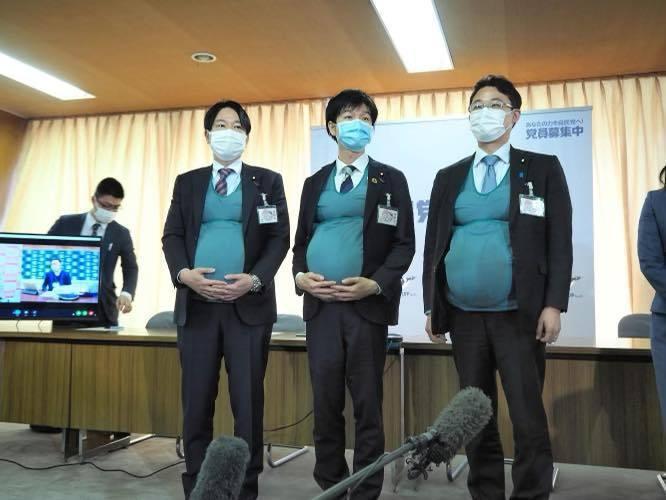 日本執政黨自由民主黨青年局日前舉辦男性議員穿著如同懷孕7個月、約7公斤重的孕肚裝體驗孕婦的辛苦。圖/取自鈴木憲和臉書