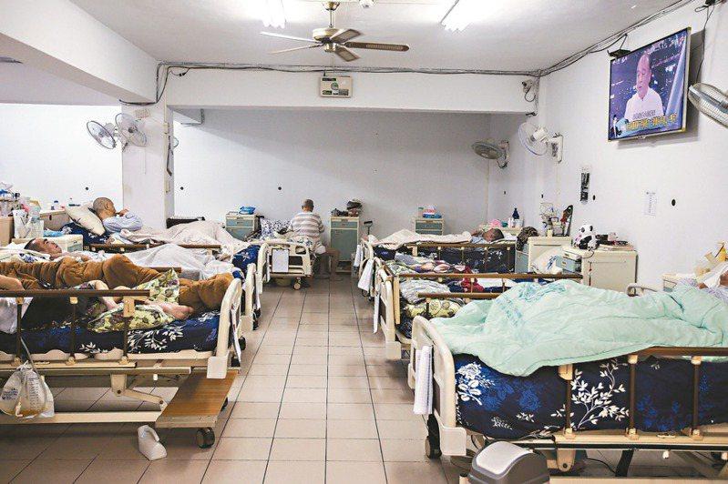 目前台灣社會對於愛滋感染者仍帶有標籤化及汙名化,導致許多長照機構或居家服務員不願收置、照顧感染者。本圖為示意圖。圖/聯合報系資料照片