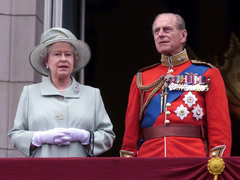 英國菲立普親王於九日辭世,享耆壽九十九歲,他與英國女王伊麗莎白二世結褵逾七十三年。圖為二○○一年英國女王生日皇家閱兵式上,伊麗莎白二世(左)與菲立普親王(右)校閱部隊。(路透)
