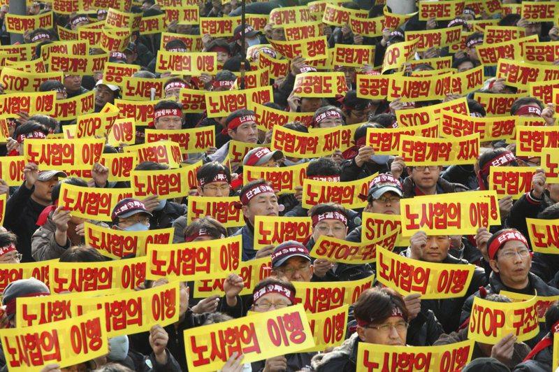 南韓全國鐵路工會的成員2009年11月在首爾的中央火車站前示威,抗議政府的減薪等政策。美聯社