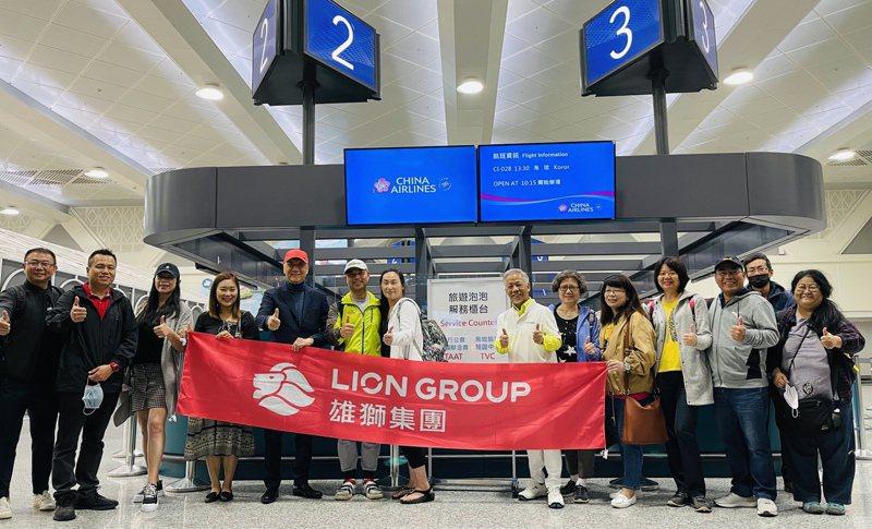 雄獅說,為了展現決心,今天的團將由董事總經理裴信祐親自帶領共17名旅客,一起暢遊帛琉五天四夜。圖/雄獅旅行社提供