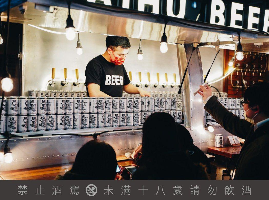 特製的臺虎啤酒車,將不定期於廟口出現。圖 / 臺虎精釀提供。提醒您:喝酒不開車、...