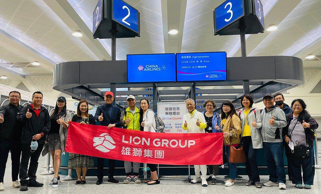 4/10帛琉泡泡旅遊雄獅董事王文傑親自到機場送機帛琉團。雄獅提供