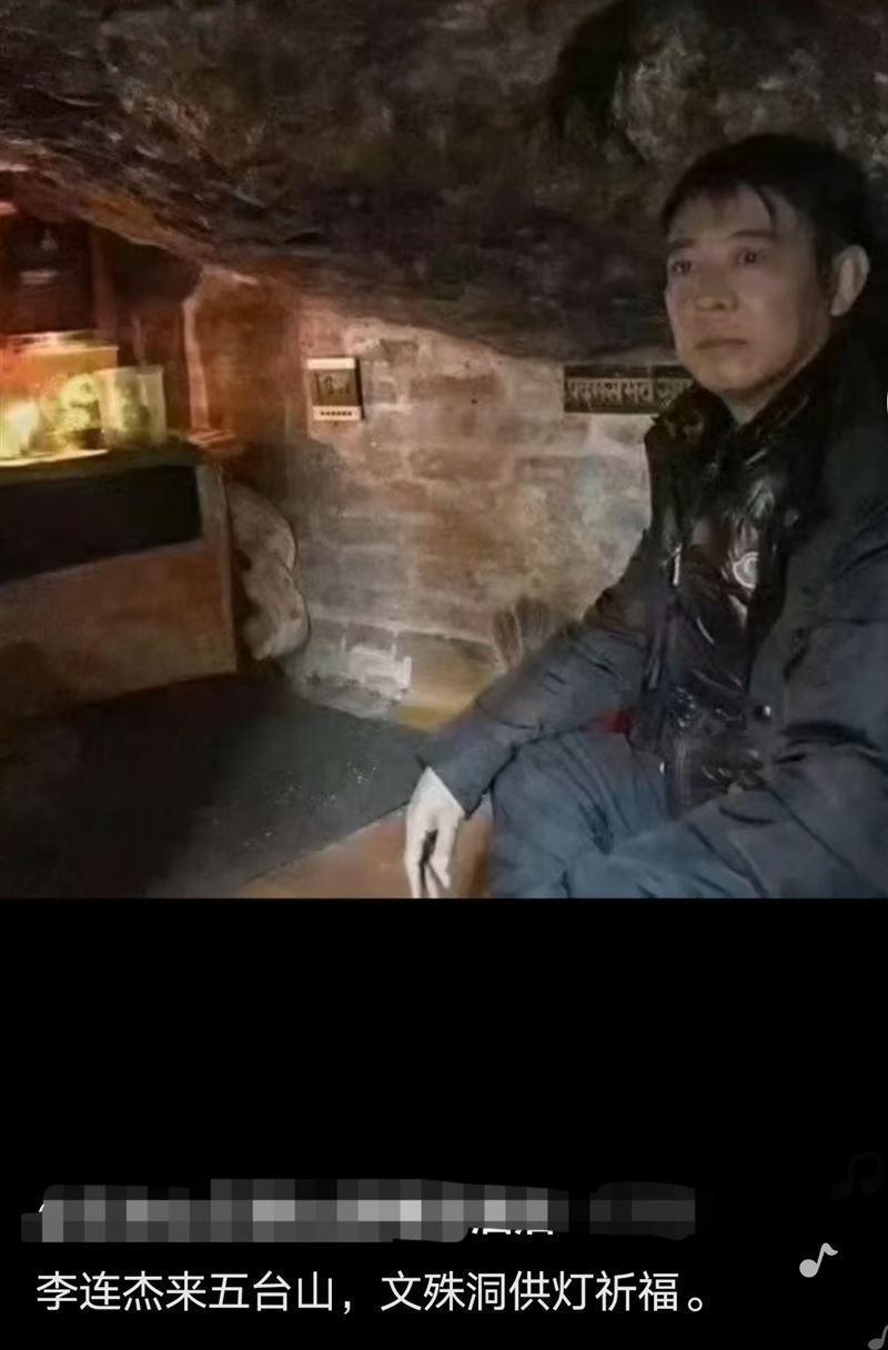 李連杰去五台山祈福,看起來略顯憔悴。圖/摘自微博