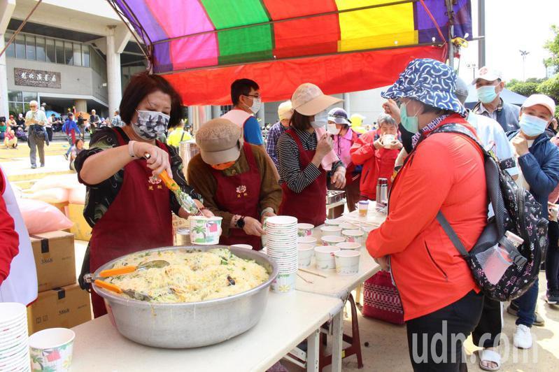 彰化縣府廣場有慈緣基金會提供的現煮素食,很受歡迎。記者林敬家/攝影