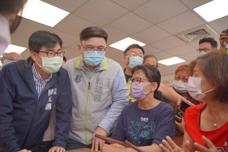 高雄市長陳其邁(左)表示,AZ疫苗只要排到序位,他一定會去施打。記者王昭月/翻攝