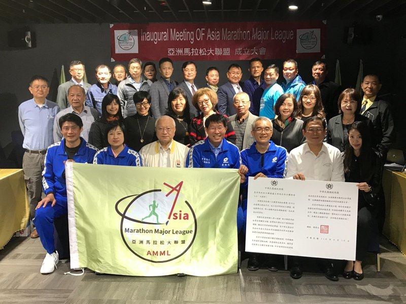 亞洲馬拉松大聯盟今天成立,盧瑞忠(前排中)獲選首屆聯盟主席。記者劉肇育/攝影