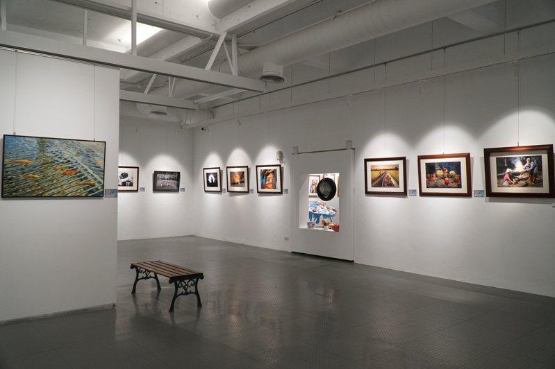 筑影十年回顧暨成果影展,展出筑影攝影社41位社員,約70幅攝影作品。圖/縣府提供