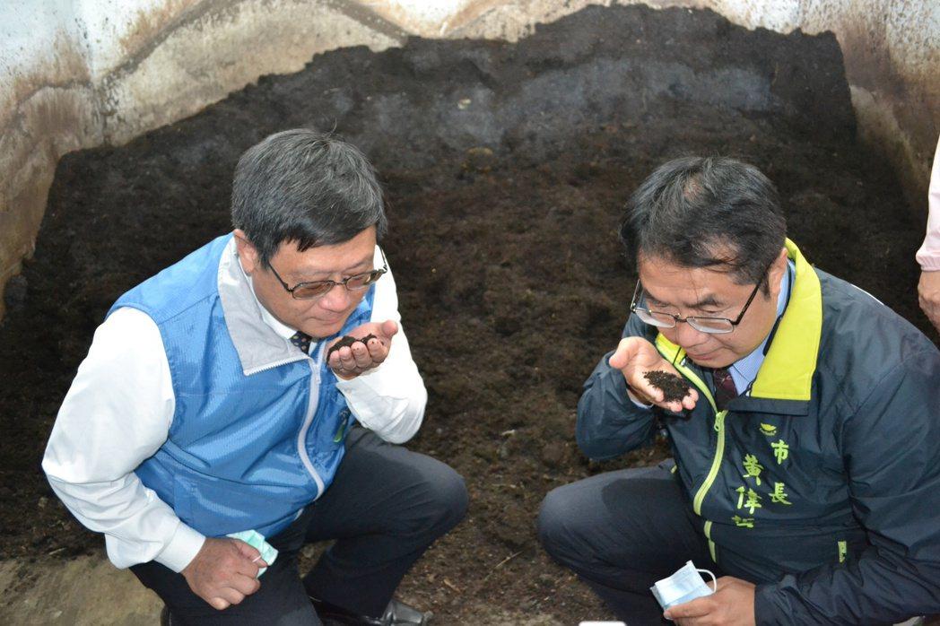 環保署長張子敬與台南市長黃偉哲拿起發酵後的培養土,聞了後表示沒有異味。記者鄭惠仁...