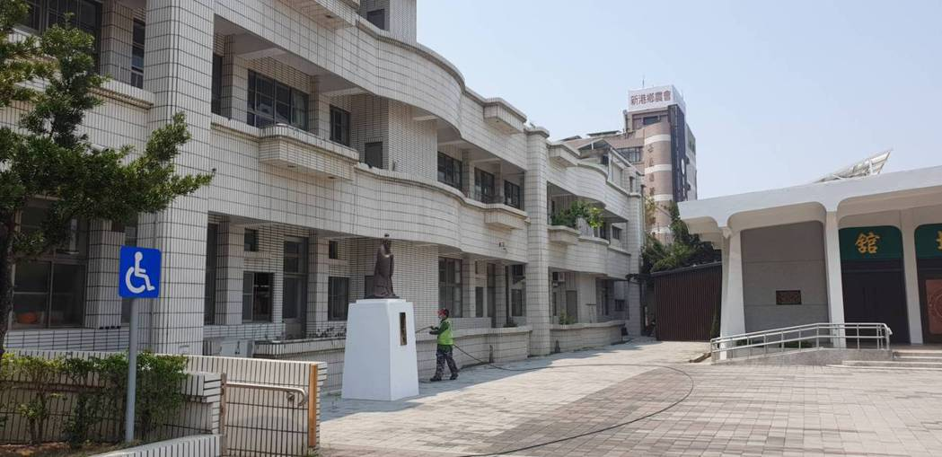 奉天宮今年也跟地方配合,提供包含新港藝高、新港國小等4間學校,讓信眾晚上有地方休...
