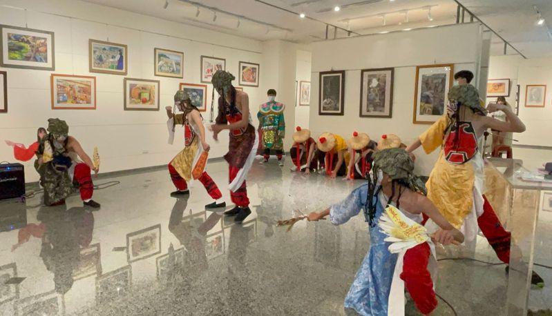 明倫國中美術班三年級學生表演八家將,注入藝文風。圖/明倫國中提供