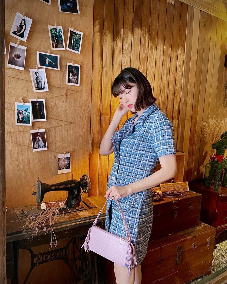 郭雪芙身穿sandro洋裝、手拿Stick Bag系列包款。圖/取自IG