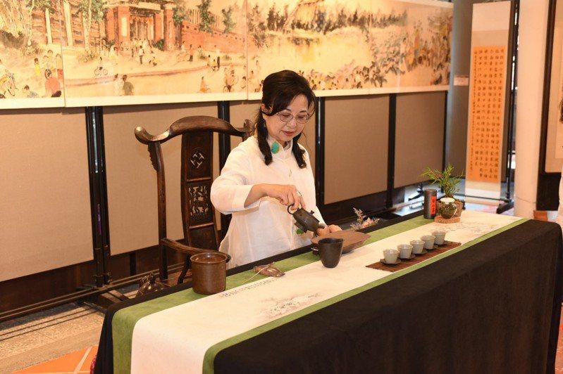 台中市府客委會今日舉辦開幕茶會,現場邀請專業茶師,讓參觀者一邊欣賞作品,一邊品味茶葉的深韻。圖/台中市府客委會提供