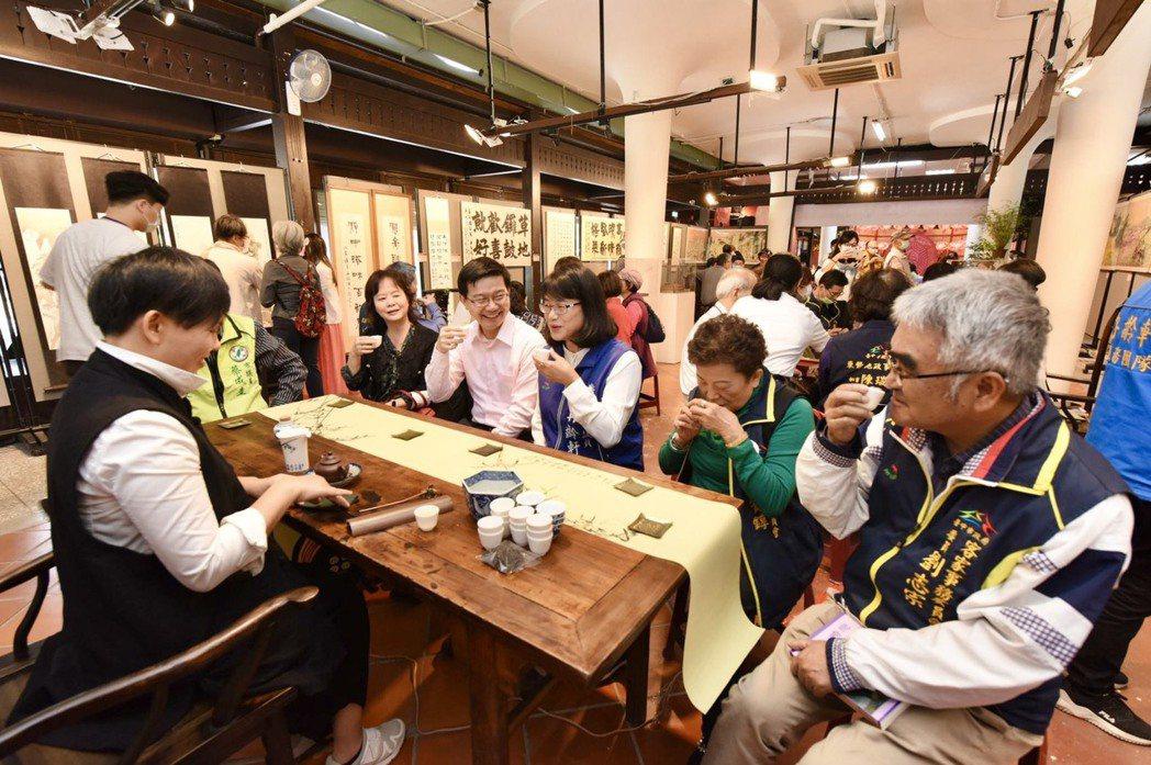 專業茶師讓參觀者一邊欣賞細膩的作品,一邊品味茶葉的深韻。記者宋健生/攝影