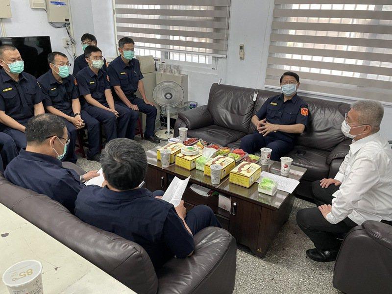 台南市警局長方仰寧與基層員警座談,希望同仁有效掌握在地治安,持續清查組合分子,跨域整合打擊幫派犯罪。記者邵心杰/攝影