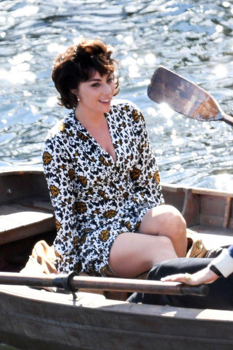 女神卡卡身著sandro熱帶印花短洋裝,12,290元。圖/取自twitter